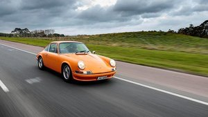 "1970 Porsche 911T (c) Richard Opie, NZ Autocar: ""The finishing touch is a pair of classic Rundenmeister rally clocks, offset to the passenger's side.""\\n\\n20.09.2017 15:11"