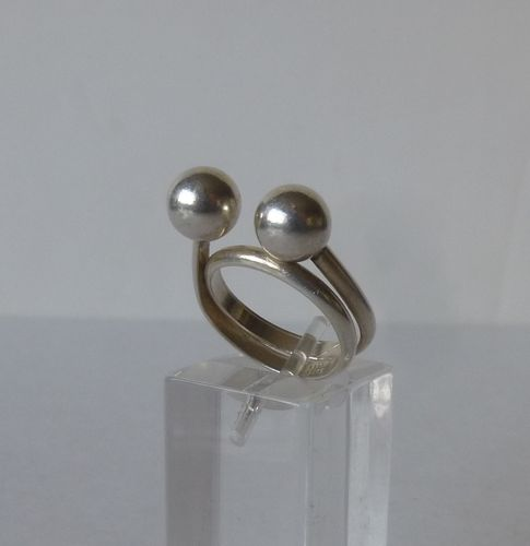 N E From Sterling spiral ball ring, Size M